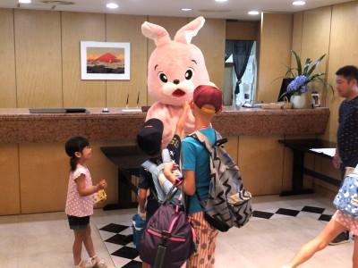 ウサギと子供.jpg