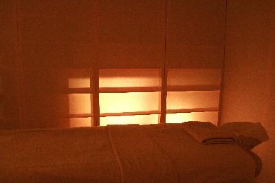柔かな和紙と光に包まれたエステルーム